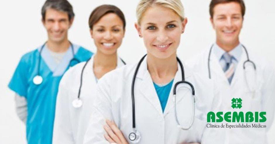 Cuatro profesionales de salud con el logo de Asembis