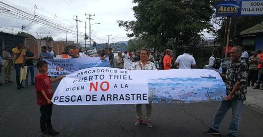 """Un grupo de manifestantes sostienen una pancarta que dice """"No a la pesca de arrastre"""""""