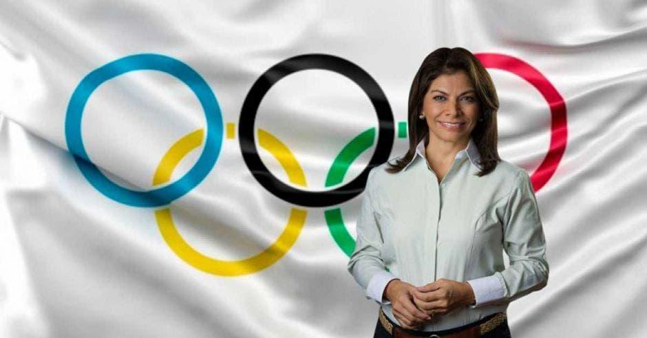 Laura chinchilla posa con la bandera del COI