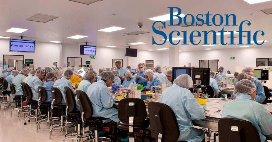 Personas trabajando en la sede de Boston Scientific