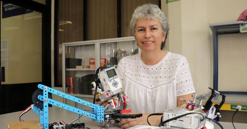 Mujer sosteniendo un robot.