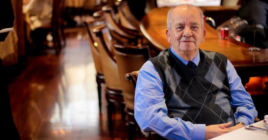 Miguel Ángel Agüero posa sentado en una silla