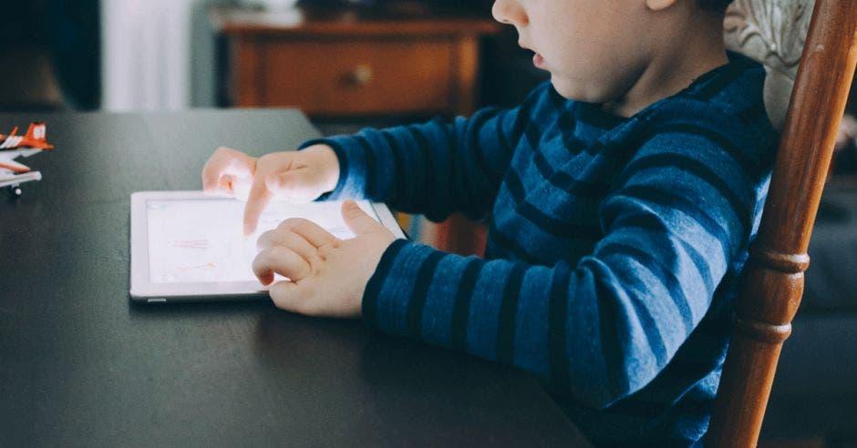 Un niño utiliza una tablet