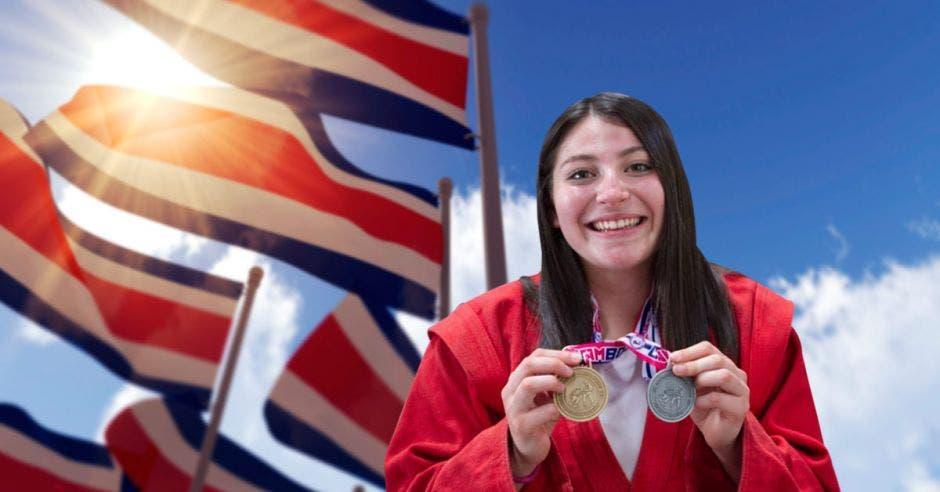 Nicole Castro posa con su medalla