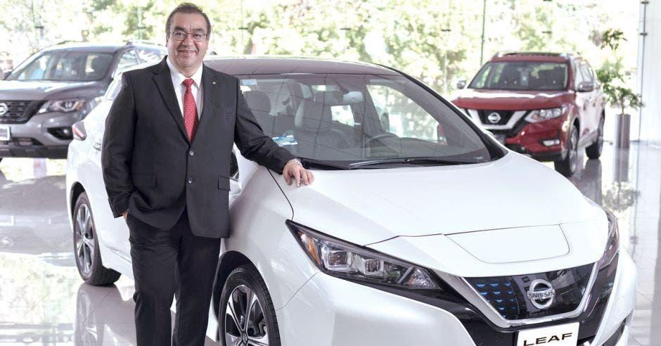 Ricardo Rodríguez junto al Nissan Leaf