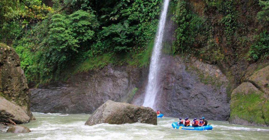 Río Pacuare, catarata y balsa