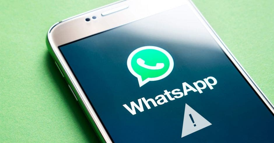 Celular con Whatsapp abierto