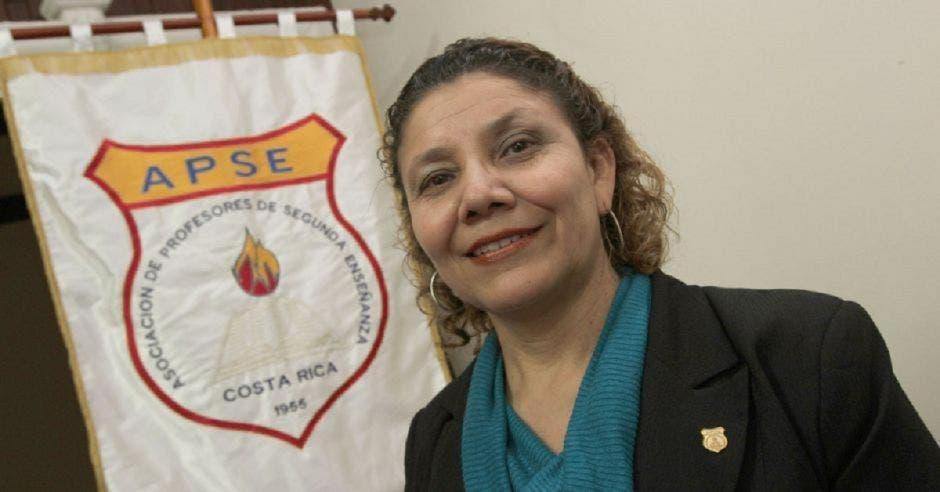Mélida Cedeño, presidenta de APSE con una bandera de ese sindicato