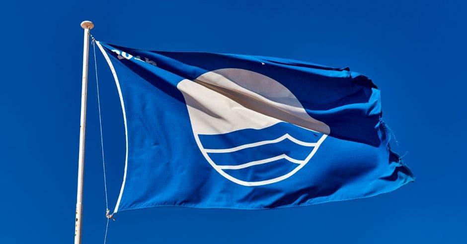 Una bandera azul ondeando