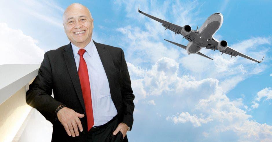 Manuel Jáquez, de fondo y avión en el cielo