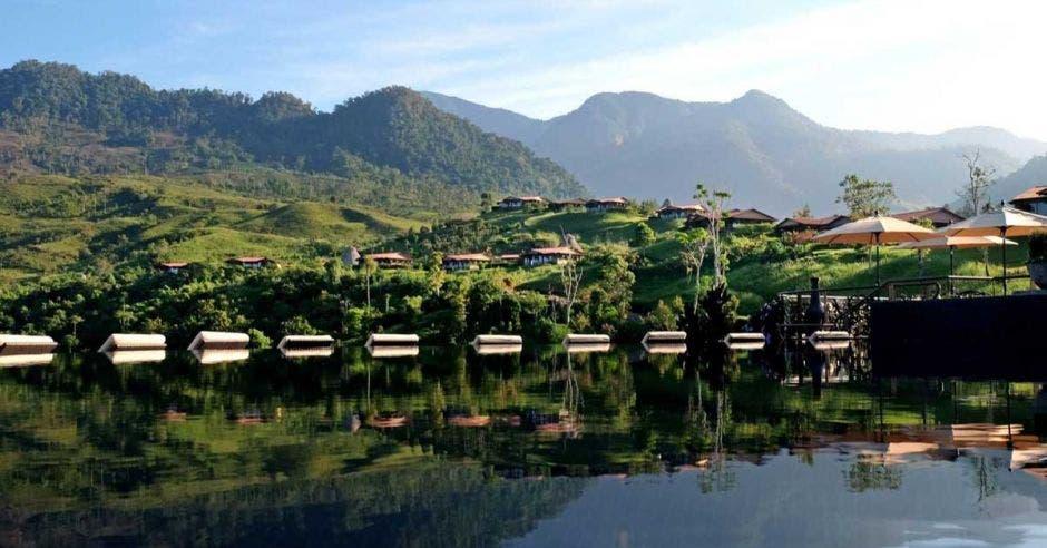 vista a la montaña desde una piscina