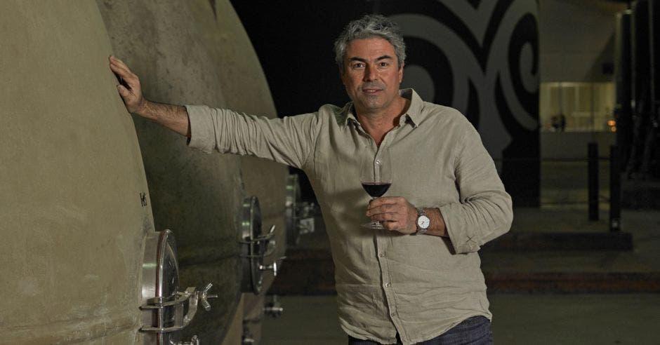 José Miguel Viu, CEO de la marca Viu Manent, con una copa de vino en la mano
