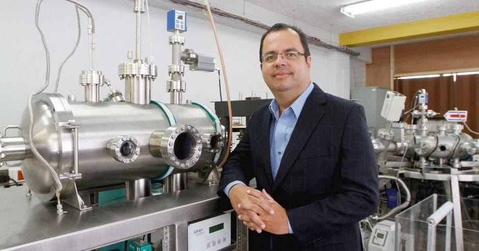 Ivan Vargas en el laboratorio