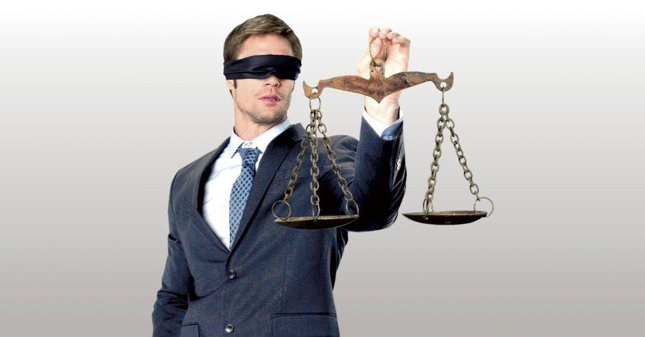 un hombre sostiene la balanza de la justicia