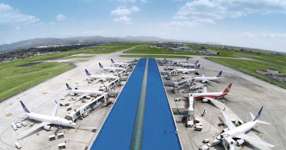 aviones blancos de Copa Airlines estacionados en el aeropuerto