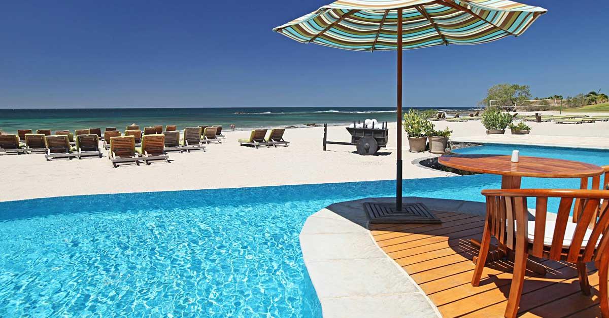 piscina y luego una playa de arena blanca