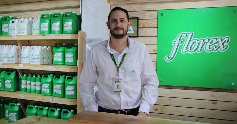 Pedro Emmanuel Alfaro, gerente comercial de Florex. en la tienda