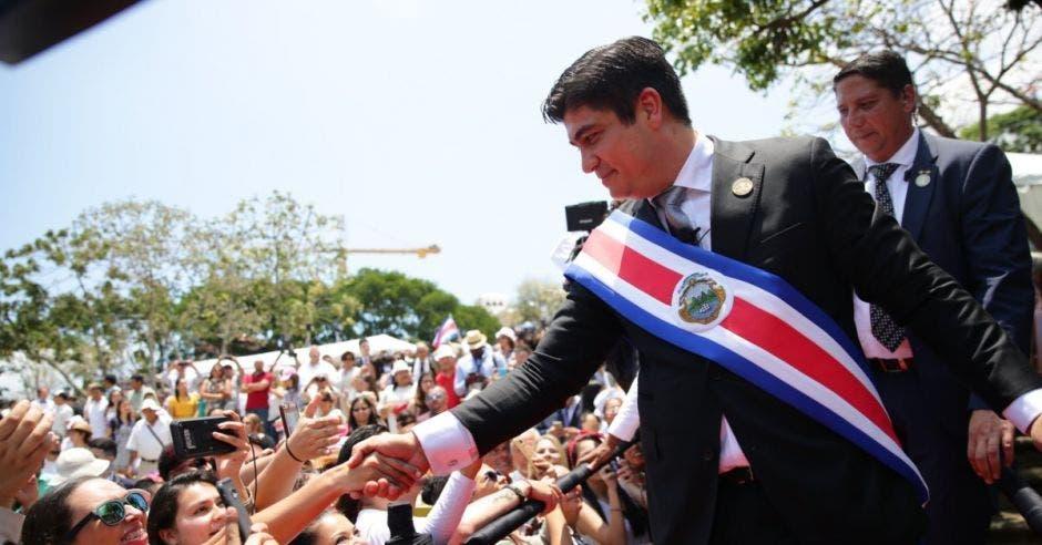 El Presidente da la mano a varios seguidores