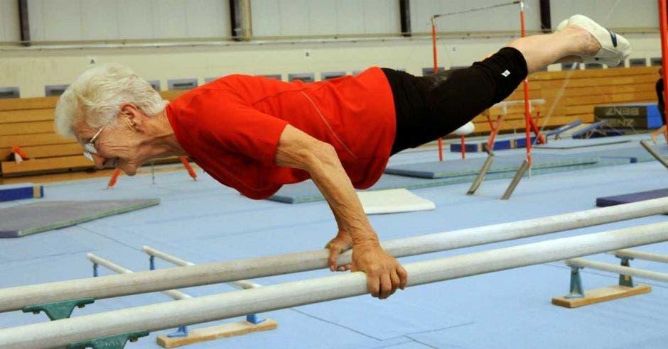 Johanna quaas haciendo gimnasia en barras paralelas