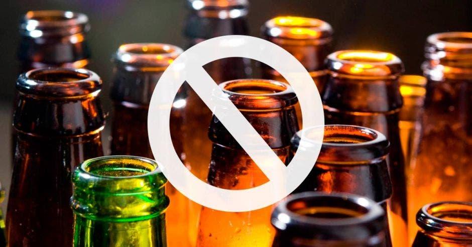 Botellas de vidrio con un símbolo de prohibido