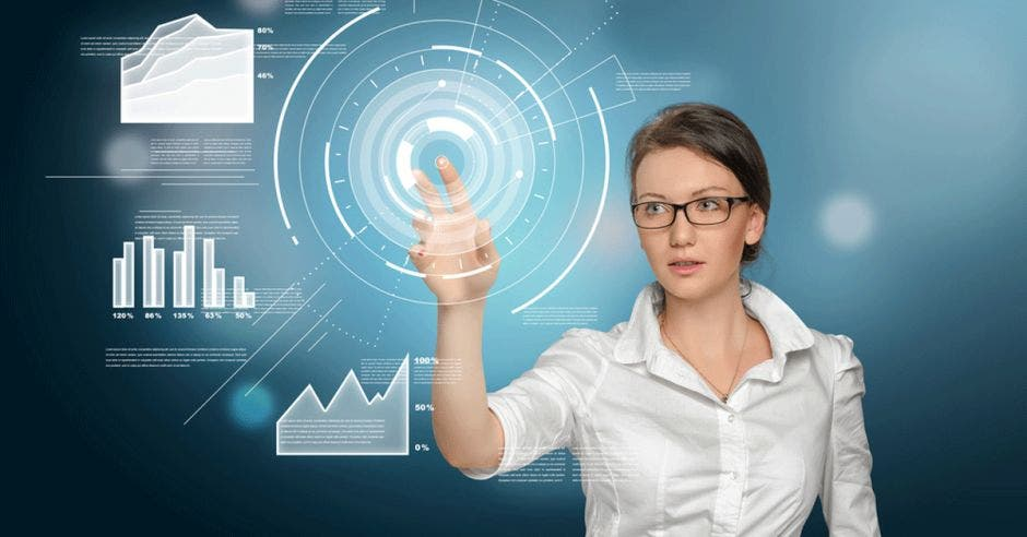 Mujer utilizando una computadora