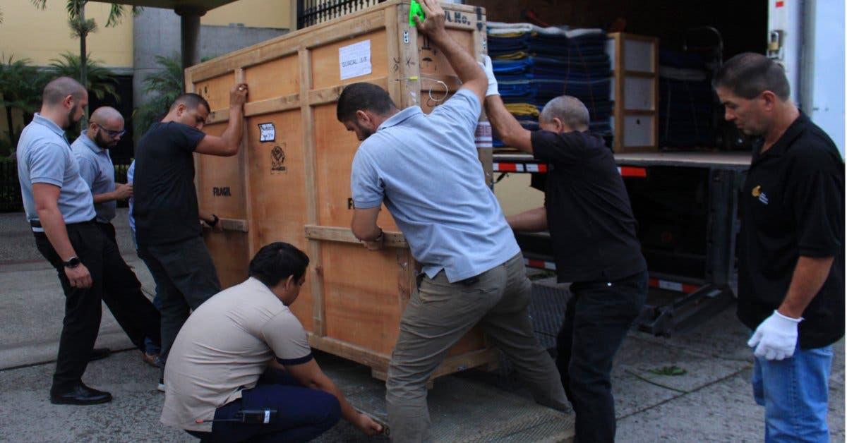 Hombres bajando cajas