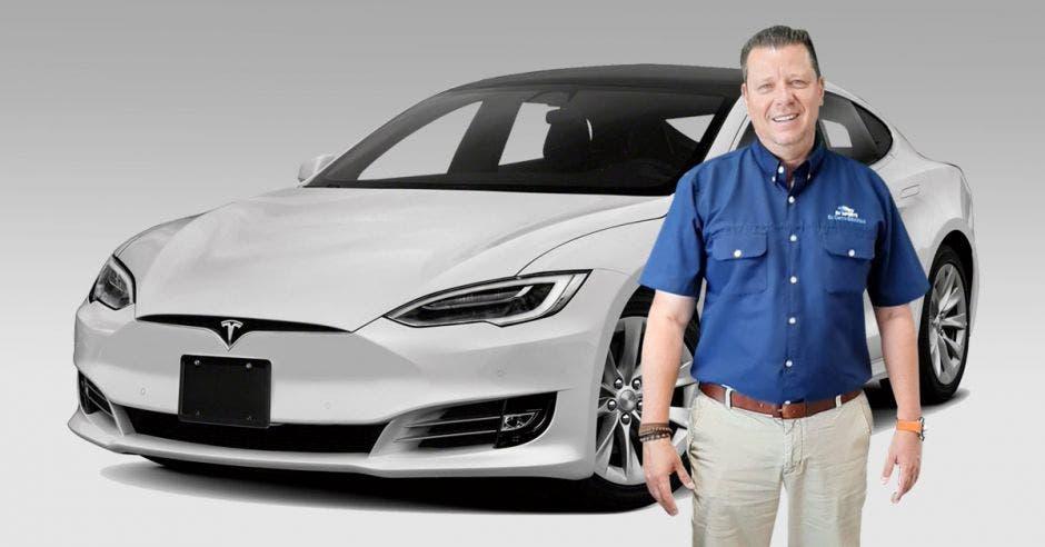 Orlando Cedeño con un Tesla Model S