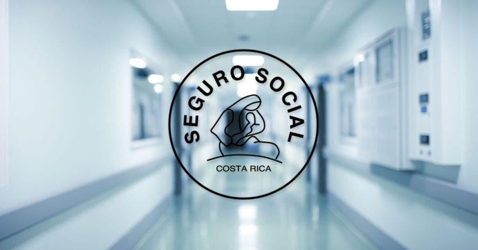 Logo de la Caja Costarricense del Seguro Social en un pasillo de hospital.