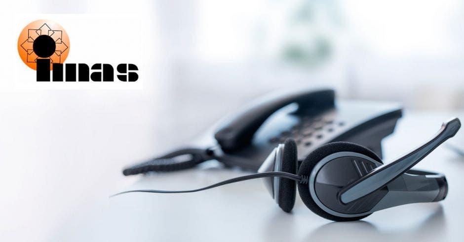 Un teléfono y unos audífonos con el logo del IMAS
