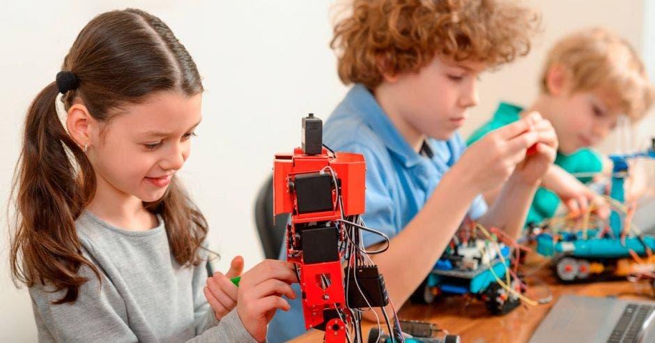 Niños utilizando robots.