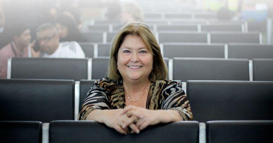 María Amalia Revelo, sentada en una sala del aeropuerto