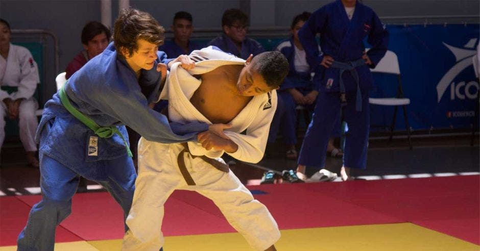 muchachos peleando judo