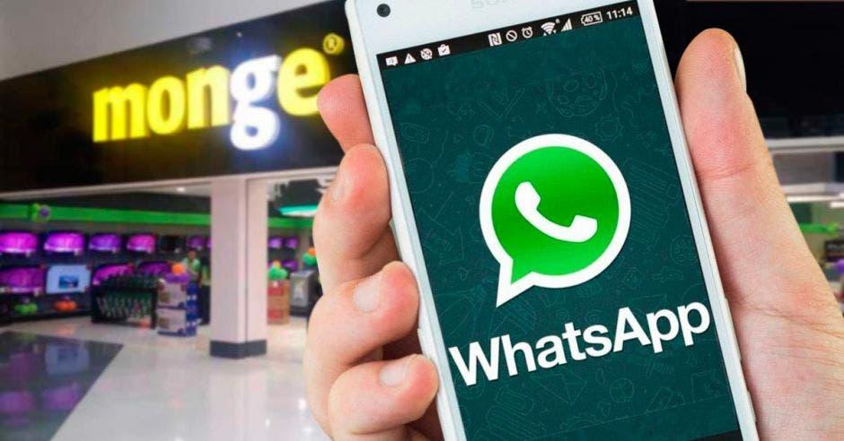 aplicación de Whatsapp en un celular, de fondo un rótulo de Monge