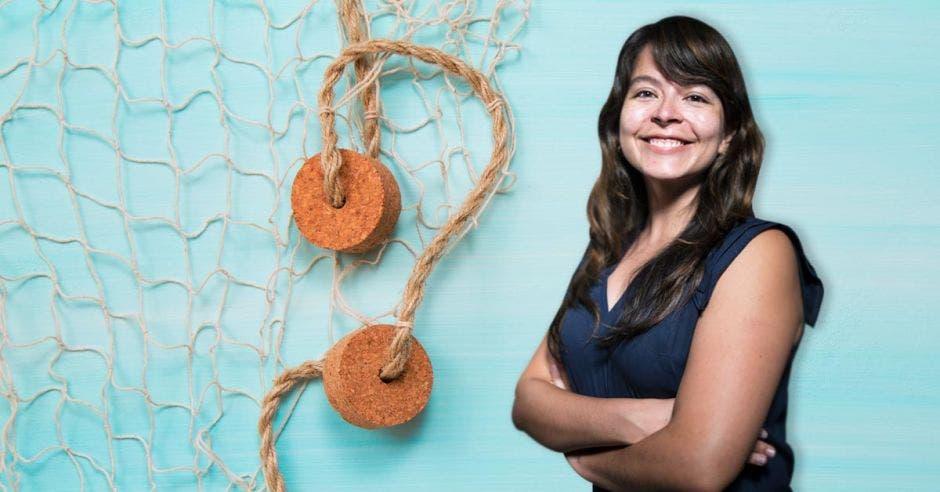 Katherine Arroyo posa frente a una red de arrastre
