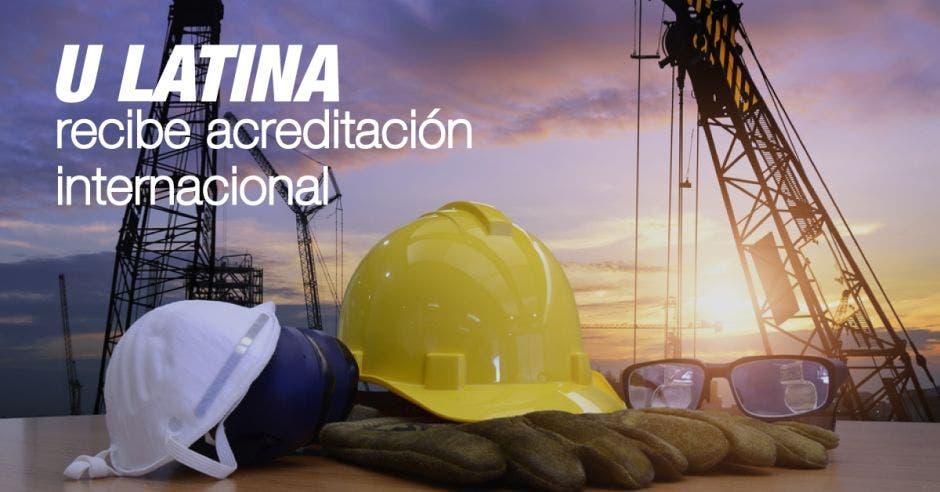 Un casco de construcción y la frase U Latina recibe acreditación internacional