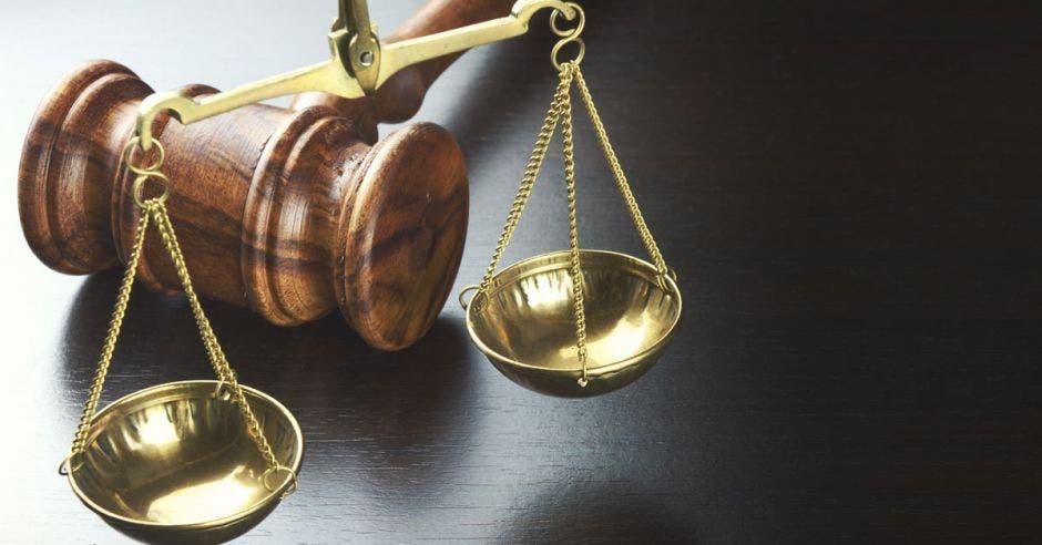 Foto de un mazo de juez y una balanza