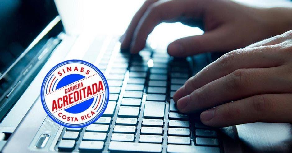 Una mano en un teclado de computadora y un logo de acreditación