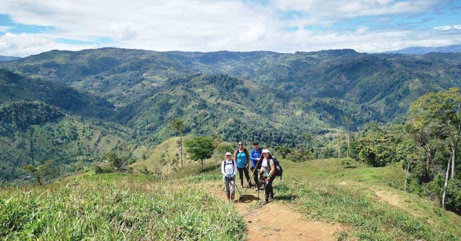 montaña y caminantes