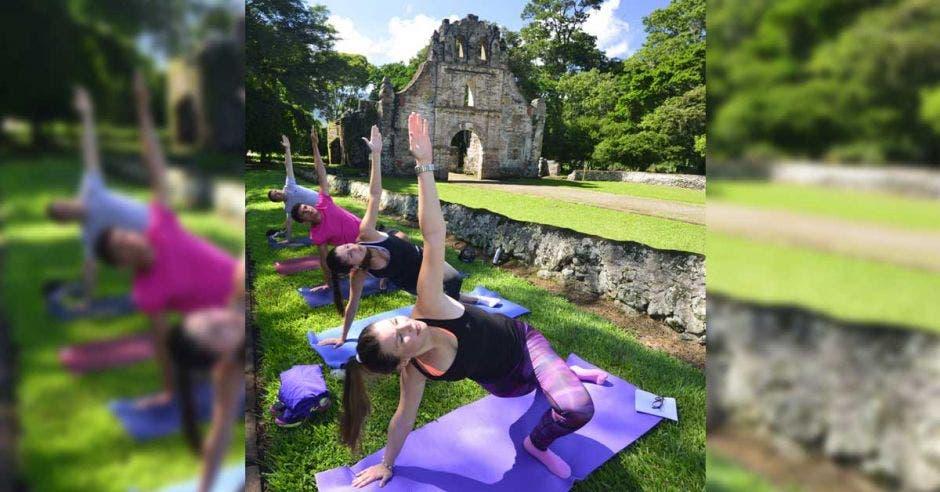 personas practicando yoga