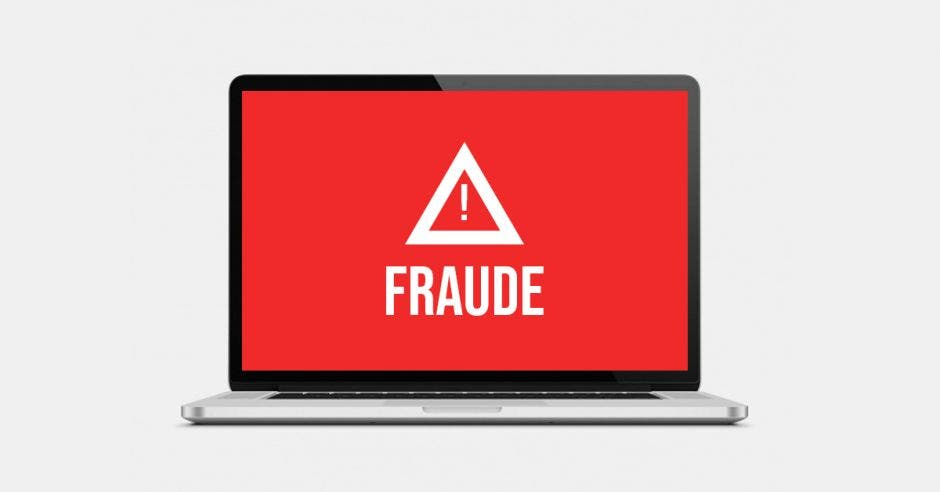 Computadora con una imagen de fraude en la pantalla