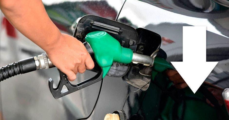 Alguien suministra gasolina al tanque