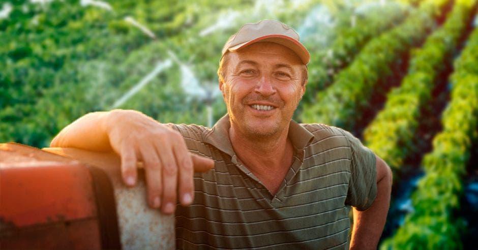 Un agricultor posa con su camión