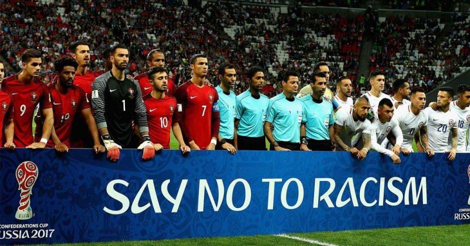 jugadores con cartel de no al racismo