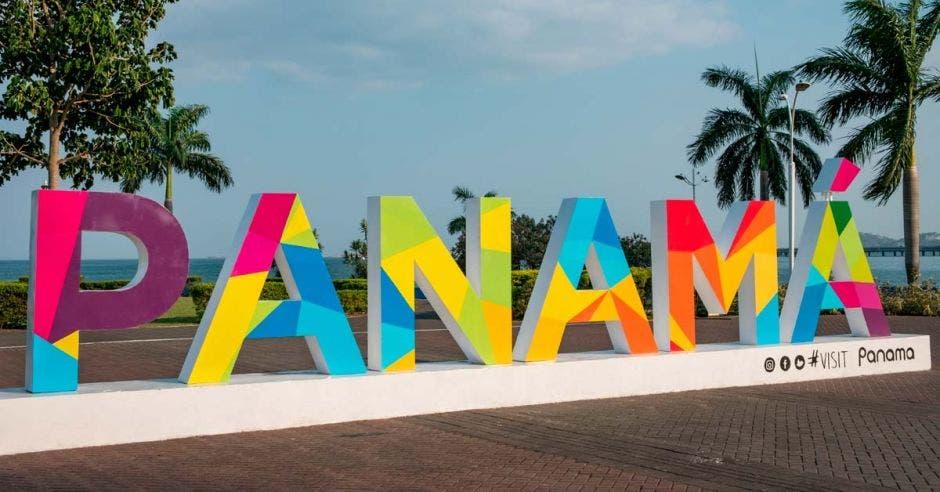 letras que dice PANAMA