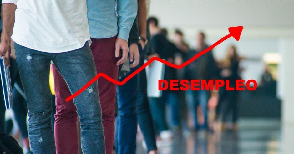 Imagen de jóvenes haciendo fila y una frase que dice desempleo con una flecha hacia el alza