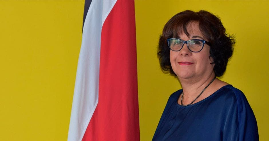 Guiselle Cruz, ministra de Educación con una bandera de Costa Rica al lado
