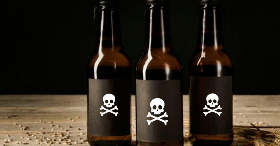 Tres botellas de licor con un símbolo de veneno