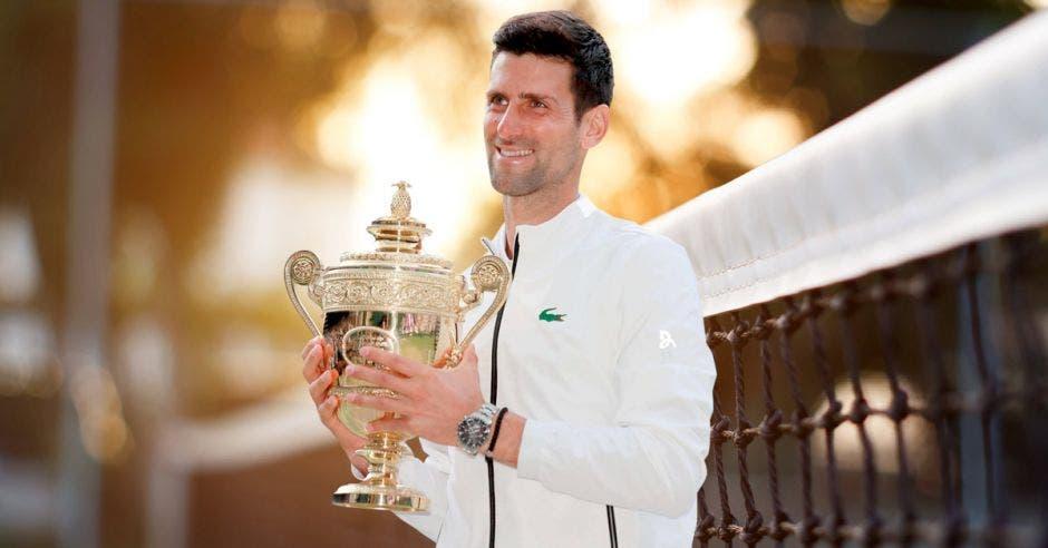 Novak Djokovic con un trofeo