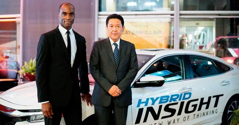 David Hendley, vice presidente Exportaciones de Honda y Shinji Aoyama, presidente y CEO de Honda con el Insight