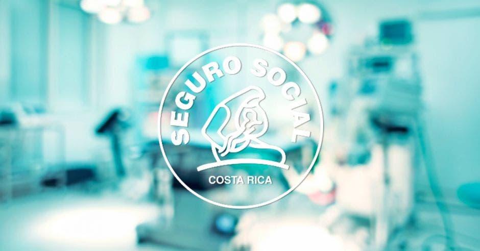 Una sala de un hospital con el logo de la CCSS